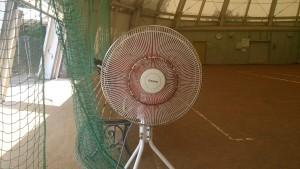 テニスコートの扇風機