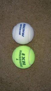 白いテニスボール