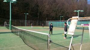 そしてテニスコートで見つめ合う